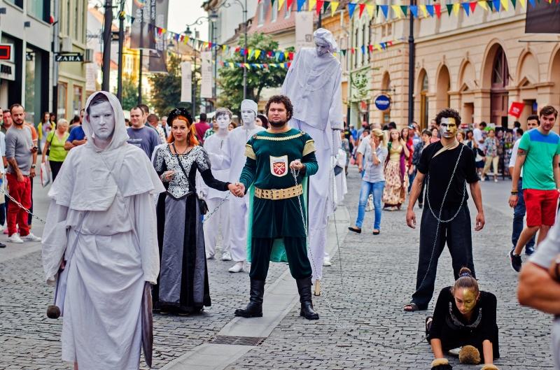 """""""TRIMBULINZII"""" – o prezenţă spectaculoasă pe străzile cetăţii la Serbarile Bistritei Medievale 2015"""