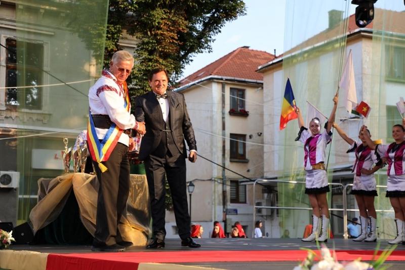 OSCARUL ÎN FOLCLOR, PENTRU PRIMA DATĂ ÎN ROMÂNIA. INSIGNA DE AUR A MUNICIPIULUI BISTRIȚA PENTRU DR. DOREL COSMA